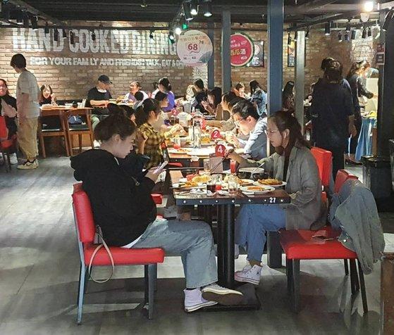 望京教文ホテルに位置した韓国料理店「WARAWARA」。1日の昼休みは中国人で空席がなかった。パク・ソンフン特派員