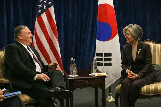 外交部の康京和長官(右)とポンペオ米国務長官が昨年2月にポーランドのワルシャワで会談し、2回目の米朝首脳会談の成功的開催案などについて話し合っている。[写真 外交部]