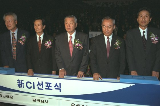 SKは油公時代からバイオ事業に参入した。1997年10月、油公が社名をSKに変更し、宣言式をしている。真ん中が故崔鍾賢(チェ・ジョンヒョン)会長。[中央フォト]