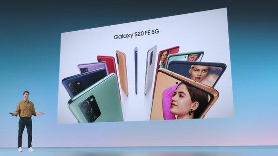 サムスン電子がギャラクシーS20の普及型モデル・ギャラクシーS20 FE(ファン・エディション)を発売し、iPhone12の発売を前に中低価格のプレミアムラインナップ拡充に乗り出す。価格は89万9800ウォン。[写真 サムスン電子]
