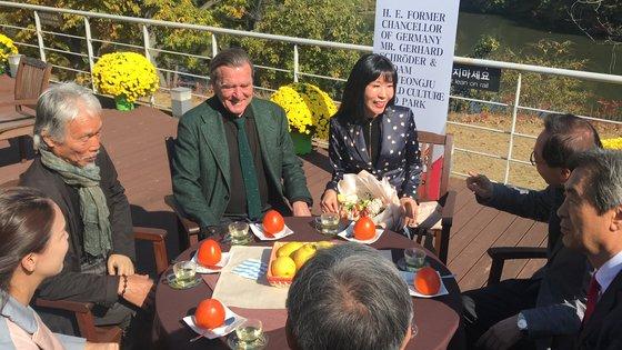 2018年11月1日、慶尚北道慶州(キョンジュ)世界文化エキスポ公園内のソルゴ美術館を訪れたシュレーダー元ドイツ首相とキム・ソヨンさん夫妻がパク・デソン画伯など関係者と対話している。 キム・ジョンソク記者