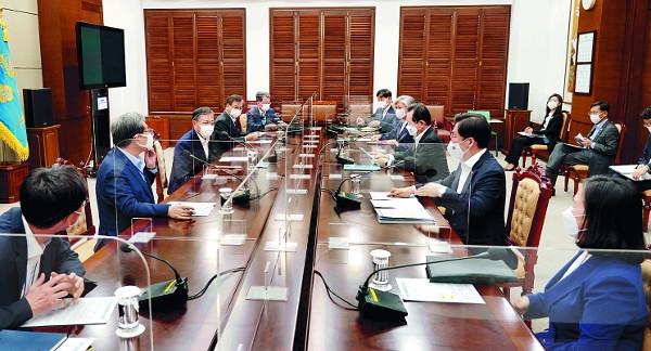 文在寅(ムン・ジェイン)大統領(左から3人目)が12日、青瓦台で兪明希(ユ・ミョンヒ)産業通商資源部通商交渉本部長(右)の世界貿易機関(WTO)事務局長選出を支援するための会議で発言している。会議には丁世均(チョン・セギュン)首相、康京和(カン・ギョンファ)外交部長官など関係部処の長官、青瓦台参謀が出席した。 [青瓦台提供]