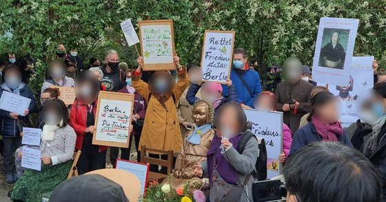 13日、ドイツの首都ベルリンで市民が「平和の少女像」に対する当局の撤去命令に抗議するためミッテ区庁の前で集会を開いた。[写真提供=現地同胞]