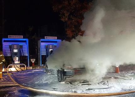 17日午前3時40分ごろ京畿道南楊州市瓦阜邑の住民自治センター駐車場に止めたコナ・でバッテリー充電中に火災が起こった。[写真 南楊州消防署]