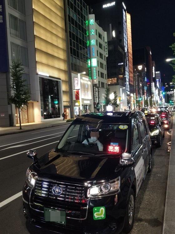 今月12日夜、東京の代表的な繁華街・銀座に「空車」サインをつけたままのタクシーが並んでいる。ユン・ソルヨン特派員