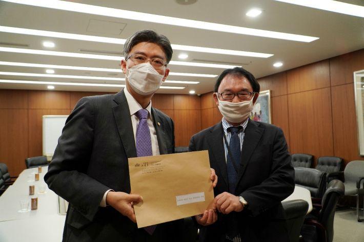 在韓日本大使館の西永知史経済公使を通じ書簡を伝達する時代転換の趙廷訓議員。[写真 趙廷訓議員室)