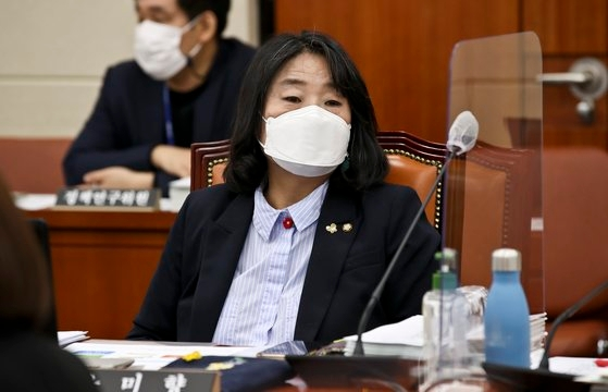 韓国与党「共に民主党」の尹美香(ユン・ミヒャン)議員が14日午前、ソウル汝矣島(ヨイド)国会環境労働委員会で開かれた中央環境紛争調停委員会など国政監査に出席している。オ・ジョンテク記者