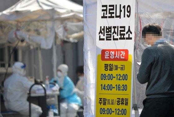 新型コロナウイルスの感染が拡大している中で大田市西区の保健所の選別診療所で医療陣が市民を検査している。キム・ソンテ