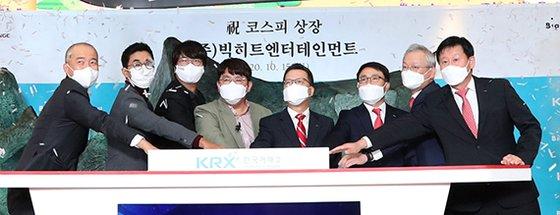 BigHitエンターテインメントKOSPI上場初日の15日、ソウル汝矣島(ヨイド)の韓国取引所1階ロビーでBigHitの上場記念式典が開かれている。左から4人目がパン・シヒョクBigHitエンターテインメント代表。[写真 共同取材団]