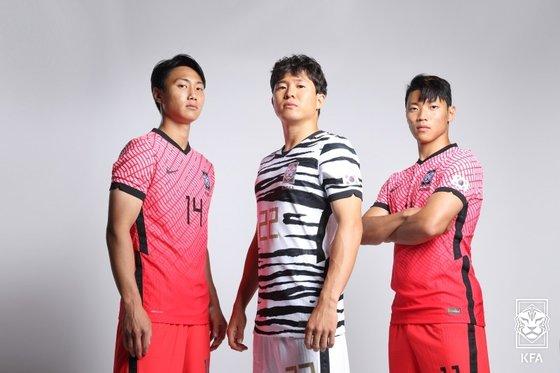 サッカー韓国代表の新しいユニホームを着た白昇浩(ペク・スンホ)、権昶勲(クォン・チャンフン)、黄喜燦(ファン・ヒチャン、左から)。[写真 大韓サッカー協会]