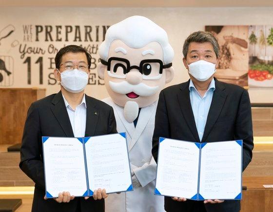 23日、現代ロボティクスとKFCが「チキン製造自動化共同開発」MOUを締結し、協同ロボットを共同で開発することにした。 [写真=現代ロボティクス]