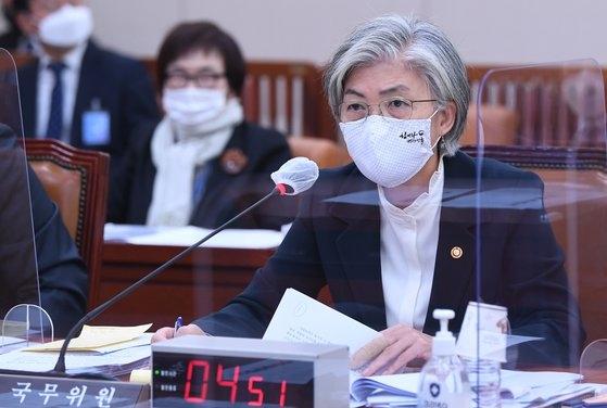 韓国の康京和(カン・ギョンファ)外交部長官が26日、ソウル汝矣島(ヨイド)の国会で開かれた外交統一委員会の外交部、韓国国際協力団、韓国国際交流財団、在外同胞財団などの傘下機関に対する総合監査に出席し、議員の質問に答えている。オ・ジョンテク記者