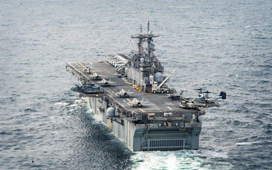 米海軍の強襲揚陸艦「ワスプ」(LHD1)甲板に垂直離着陸ステルス戦闘機F-35Bが並んでいる。「ワスプ」は10機のF-35Bを運用する。韓国海軍もこのように軽空母として使用できる多目的大型輸送艦を建造する計画だ。[写真 米海軍]
