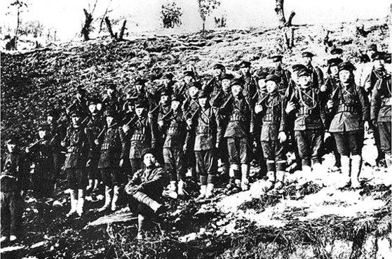 1920年の青山里戦闘で大勝した独立軍。前で座っているのが金佐鎮(キム・ジャジン)将軍。[写真 独立記念館]