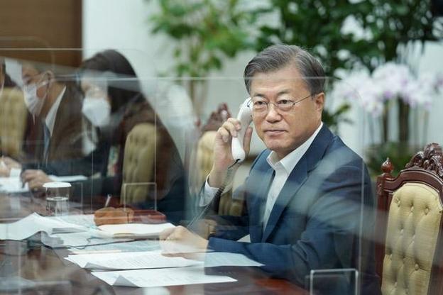 韓国の文在寅(ムン・ジェイン)大統領が27日午前、青瓦台(チョンワデ、大統領府)与民館(執務室)でカナダのジャスティン・トルドー首相と電話会談を行っている。[写真 青瓦台]