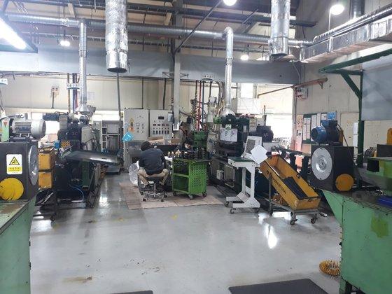 京畿道安城にある自動車部品メーカーK社の燃料タンクパイプ生産工場。生産ラインが止まった現場でこの日出勤した労働者が部品清掃作業をしている。キム・ヨンジュ記者
