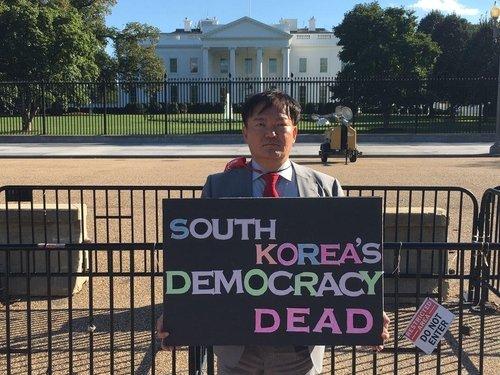 秋夕連休に米国の首都ワシントンを訪問し、ホワイトハウスと大法院の前で1人デモを行った閔庚旭(ミン・ギョンウク)元未来統合党(現国民の力)議員。 [写真 フェイスブック]