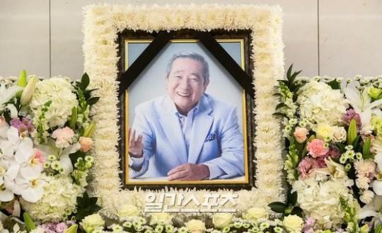 葬儀 クハラ 故ク・ハラの実兄、「20年音沙汰のなかった実母が葬儀場で喪主のフリ、遺産要求まで」│韓国音楽K