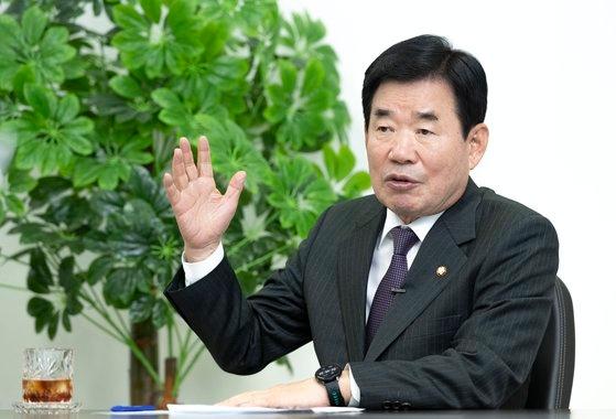 12~14日、韓日議員連盟会長として訪日した与党「共に民主党」の金振杓(キム・ジンピョ)議員が17日、中央日報との単独インタビューを通じて訪日の結果を説明している。イム・ヒョンドン記者