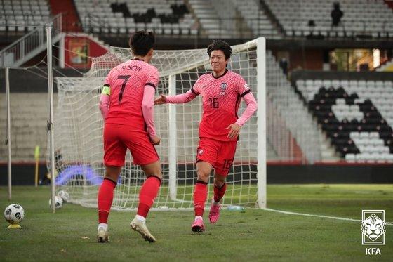 カタール戦で得点した後、孫興民(ソン・フンミン、左)と喜ぶ黄儀助(ファン・ウイジョ)。 [写真=大韓サッカー協会]
