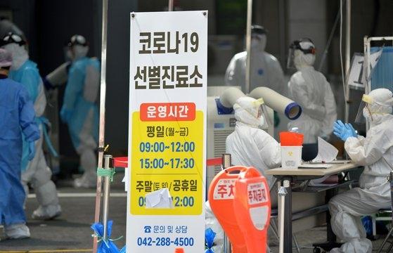 大田西区保健所の新型コロナウイルス選別診療所で医療陣が市民を相手に新型コロナ検査を実施している。キム・ソンテ記者