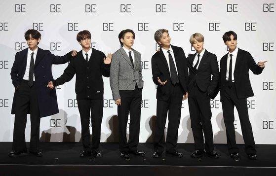 韓国ボーイズグループBTS(防弾少年団)の(左から)V、JIN、JUNG KOOK、RM、JIMIN、J-HOPEが20日午前、ソウル東大門(トンデムン)デザインプラザで開かれた「BE(Deluxe Edition)」グローバル記者懇談会に出席してポーズを取っている。BTSはこの日午後2時、世界同時に新アルバム『BE』を発売する。キム・サンソン記者