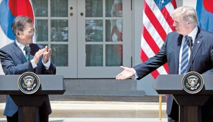 文在寅大統領が2017年6月30日にホワイトハウスで共同メディア発表を終え拍手をするとトランプ米大統領が握手を求めた。キム・ソンリョン記者