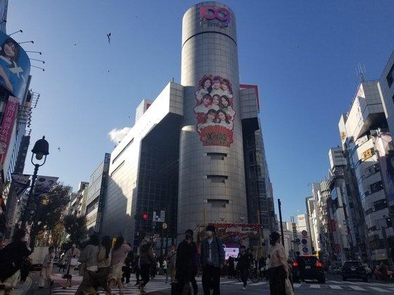 22日、東京渋谷中心部にある渋谷109の外壁にNiziU(ニジュー)の大型写真が掲げられている。ユン・ソルヨン特派員