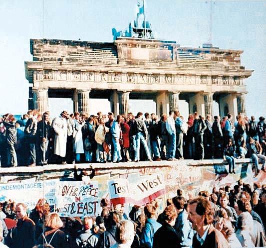1989年、ベルリンの壁崩壊をドイツ人が祝っている。翌年のドイツ統一は戦略家エゴン・バール氏の東方政策が土台になった。[写真 ドイツ連邦文書庁]
