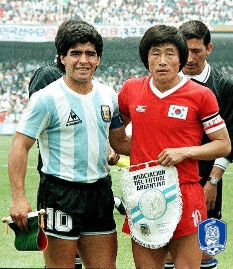 1986年W杯当時のアルゼンチン代表のマラドーナ氏(左)と韓国代表のパク・チャンソン氏(右)。 [写真=大韓サッカー協会]