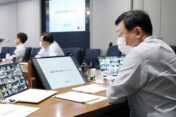 社長団会議に出席した辛東彬(シン・ドンビン)ロッテグループ会長(右)。[写真 ロッテ持株]