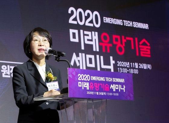 2020未来有望技術セミナーが26日、ソウルCOEXのアセムボールルームで開かれた。チェ・ヒユン韓国科学技術情報研究院院長が開会のあいさつをしている。イム・ヒョンドン記者