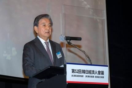 洪錫ヒョン(ホン・ソクヒョン)中央ホールディングス会長が27日午後、ソウル瑞草区(ソチョグ)JWマリオットホテルソウルで開催された第51回韓日経済人会議に出席し、演説している。 チャン・ジンヨン記者