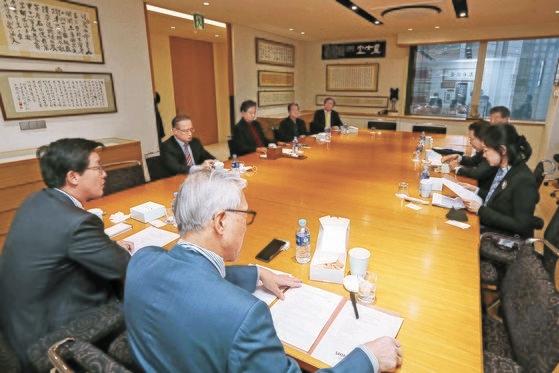 26日に開かれた「韓日ビジョンフォーラム」で各界の専門家が討論している。キム・サンソン記者