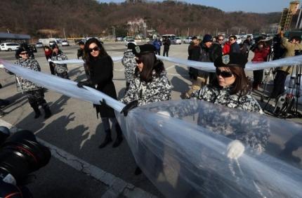 2014年1月、京畿道坡州(パジュ)の烏頭山(オドゥサン)統一展望台付近の駐車場で、脱北者の朴相学(パク・サンハク)代表が率いる「自由北韓運動連合」と国際人権団体「人権財団」が北朝鮮の張成沢(チャン・ソンテク)処刑を糾弾する内容の対北朝鮮ビラ風船を飛ばそうと準備している。同年10月、京畿道漣川(ヨンチョン)でもビラ風船を飛ばすと、北朝鮮は高射砲を放った。 [中央フォト]