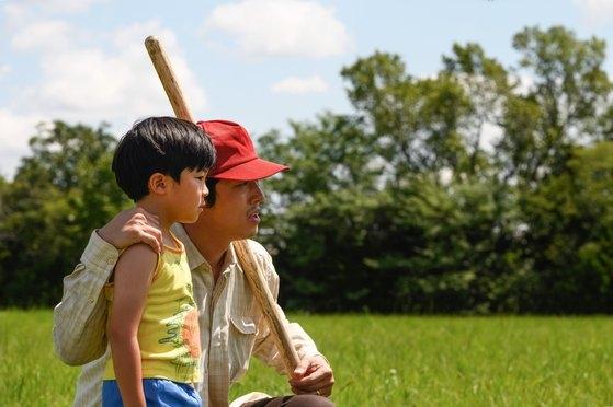 韓国系米国人チョン・イサク監督が自伝的家族史を描いた映画『MINARI』。韓国系ハリウッド俳優のスティーヴン・ユァン(右)が主演・製作を兼ねた。[写真 パンシネマ]