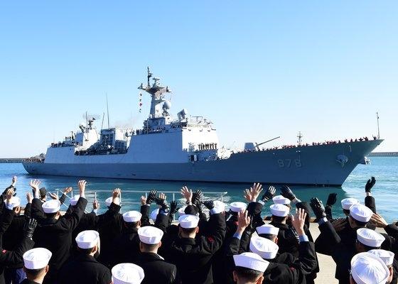 韓国国防部がホルムズ海峡一帯に派遣した清海部隊の駆逐艦「王建」の様子。