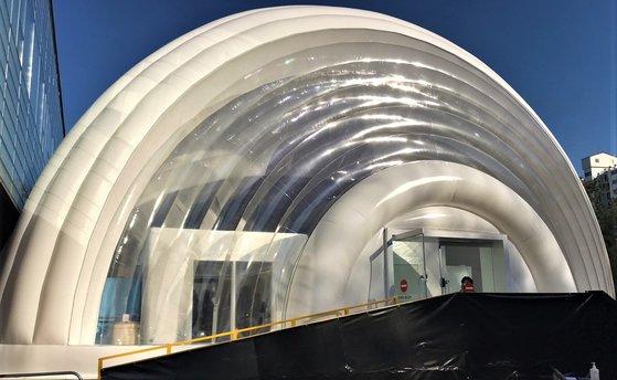エアテントで作った移動式陰圧病棟の外観。ムン・ヒチョル記者