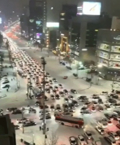 韓国に大雪が降った6日夜、ソウル江南区テヘラン路では車両による深刻な停滞が起きた。[写真 韓国の動画情報提供プラットフォーム「TERM」キャプチャー]