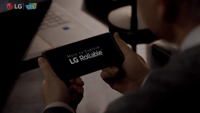 LG電子が公開した巻き取り式スマホ「LGローラブル」。巻き物のように画面を広げたり巻き取ったりできるのが特長だ。[写真 LG電子]
