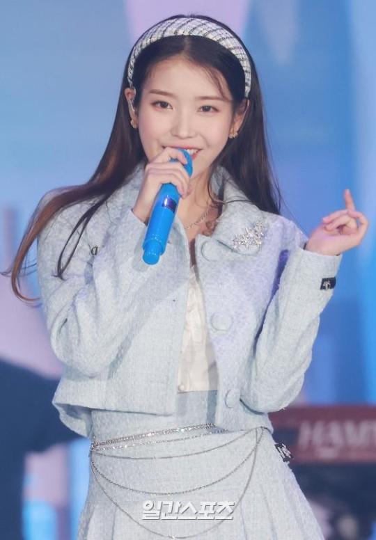 歌手IUが9日午後、京畿道高陽市大化洞(キョンギド・コヤンシ・テファドン)の韓国国際展示場(KINTEX)でアンタクト(非対面)で開催された「第35回ゴールデンディスクアワード with CURAPROX」デジタル音源部門で本賞を受賞した後、祝賀公演を行っている。