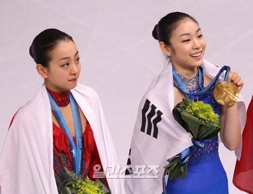 2010年バンクーバー冬季オリンピック(五輪)フィギュアスケート授賞式の浅田真央(左)とキム・ヨナ。[写真 中央フォト]
