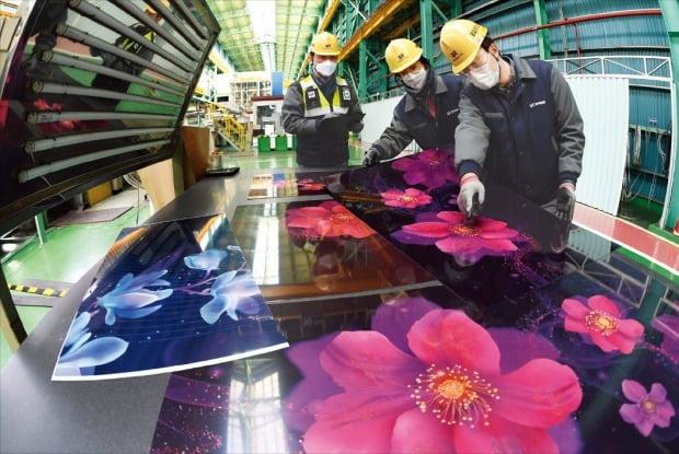 カラー鋼板需要が増えて東国製鋼釜山工場の8基のラインがフル稼働に入った。東国製鋼従業員が生産ラインでカラー鋼板の品質を点検している。シン・ギョンフン記者
