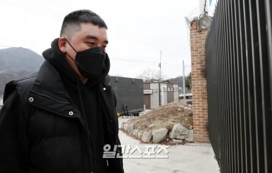 グループBIGBANGの元メンバー、V.I.さんが9日午後、江原道鉄原郡(カンウォンド・チョルウォングン)陸軍第6師団新兵教育隊に入所している。パク・セワン記者