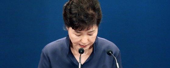 朴槿恵前大統領が2016年10月25日に青瓦台で演説文流出と関連し国民への謝罪会見であいさつしている。[写真 青瓦台写真記者団]