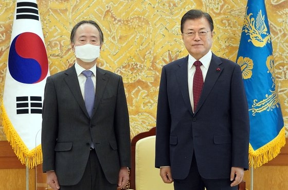 韓国の文在寅(ムン・ジェイン)大統領が14日午前、青瓦台(チョンワデ、大統領府)接見室で冨田浩司駐韓日本大使と記念撮影を行っている。[写真 青瓦台]