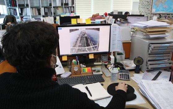 釜山にある韓国ケミ号の船会社DMシッピングの職員が4日、拿捕当時の映像を見ている。 ソン・ボングン記者