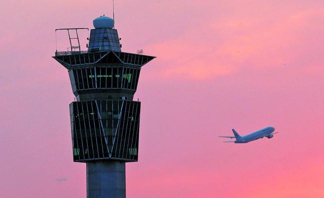 韓国仁川(インチョン)空港管制塔の横で飛行機が離陸している。[中央日報]