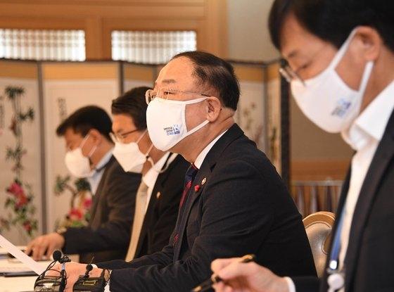 洪楠基(ホン・ナムギ)副首相兼企画財政部長官が15日、政府ソウル庁舎で開かれた「不動産市場点検関係長官会議」で発言している。 写真=企画財政部