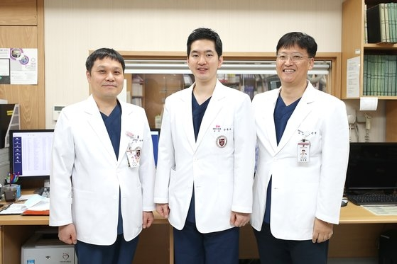 右から心血管センターのキム・ジンウォン、カン・ドンオ教授、核医学科のオ・ジェソン教授。[写真 高麗大学九老病院]